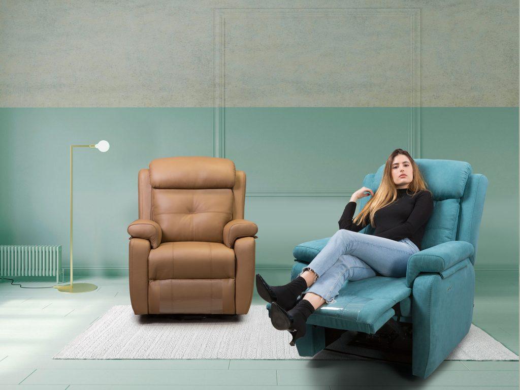 Modelo sentada en sillón relax de Pedro Ortiz